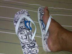 Nos pés.  As havaianas são confortáveis, solado macio e com excelente aderência.