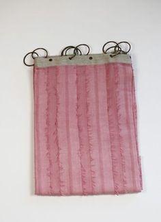 Lumière Rideau    Nos rideaux Lumière sont en coton, surmontés d'une fine bande de lin et d'anneaux pour l'accroche sur la tringle.    Leurs dimensions 110x280 cm    Le prix est à l'unité