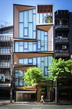 Construido en 2015 en Bangkok, Tailandia. Imagenes por Spaceshift. El proyecto SIRI consiste enla renovación de un edificio comercial. Este espacio es al mismo tiempo casa, y oficinas de un negocio de joyería que...