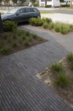 nice walkway design for a mid-century house Modern Driveway, Driveway Design, Modern Backyard, Modern Landscaping, Backyard Landscaping, Front Driveway Ideas, Modern Landscape Design, Landscape Plans, Garden Paving