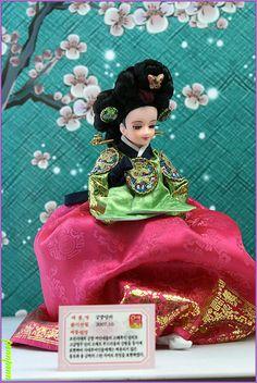 The Beauty of Costumed Dolls Korean Hanbok, Korean Dress, Korean Traditional, Traditional Dresses, Doll Museum, Indian Dolls, Asian Doll, Cute Teddy Bears, Cute Dolls