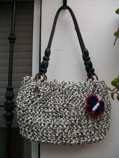 Bolso de trapillo decorado con una mariposa de crochet
