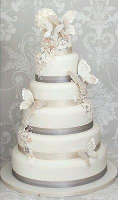 Bolo casamento - tema borboleta http://15anos.constancezahn.com/ideias-de-bolos-com-borboletas/