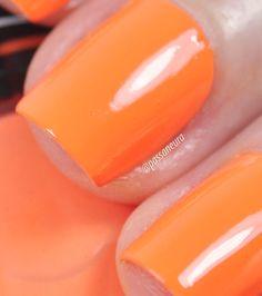 Esmalte laranja vibrante e cremoso Moderno da Hits Speciallità. O esmalte pertence à coleção Marina Ruy Barbosa.