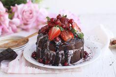 Tartita de chocolate fitness con fresas y grosellas