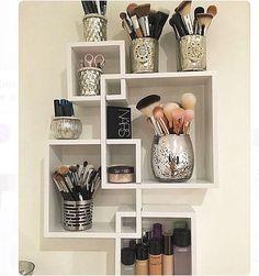 Nichos e potes pra deixar pincéis e toda make up organizada !! 💡💡 Ideia incrível para quem tem pouco espaço