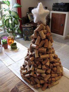 Árbol de navidad elaborado con tapones de corcho de vino