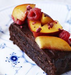 Chokoladekage findes i et hav af udgaver. Men har du prøvet en chokoladekage uden mel og sukker? Her får du opskriften på en chokoladekage uden mel og sukker - suppleret af dadler, nektariner og hindbær.