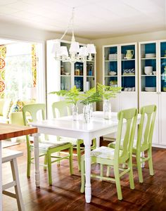 Apple green and dark turquoise in the cupboards