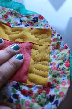 Through the window: Tutorial pantuflas patchwork / Patchwork Slippers Tutorial. Colchas Quilt, Patch Quilt, Quilts, Diy Clothing, Clothing Patterns, Sewing Patterns, Sewing Slippers, Sewing Projects, Projects To Try