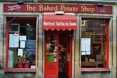 Edinburgh: The Baked Potato Shop Uit het vuistje, vegetarisch Trotter Schotland 2018 Edinburgh Scotland, Scotland Travel, Orkney Islands, Famous Castles, Shop Fronts, Beautiful Places In The World, Inverness, Glasgow, Britain