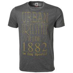LE COQ SPORTIF ORTIE TEE #Perrysport - T-shirt van Le Coq Sportif voor heren met ronde hals. Dit t-shirt heeft een grote tekst print op de borst en het Le Coq Sportif logo is geprint op de achterkant.