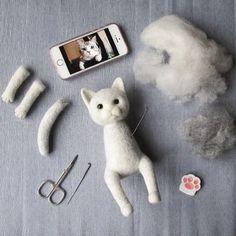 Diy Crafts - Zoe Williams creates needle felt sculptures based on dreams and… Wool Needle Felting, Needle Felting Tutorials, Needle Felted Animals, Felt Animals, Felt Dogs, Felt Cat, Wet Felting, Beginner Felting, Wool Felt