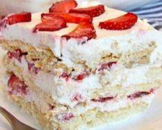 Looking for a quick and easy Spring/Summer dessert recipe? Try out delicious No Bake Strawberry Icebox Cake ! No Bake Desserts, Easy Desserts, Delicious Desserts, Strawberry Icebox Cake, Strawberry Recipes, Banana Split, Biscuits Graham, Mothers Day Desserts, Icebox Cake Recipes