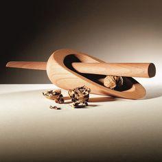 Verspieltheit, Flexibilität und Dynamik zeichnen die Entwürfe von Annegret Ewert-Wurster aus. Insbesondere dem Werkstoff Holz weiß sie immer wieder neue, überraschend funktionelle Designs für ganz alltägliche Gebrauchsgegenstände zu...