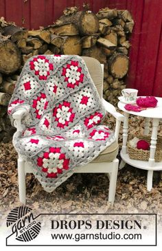 Cozy Holiday - Blanket with crochet squares for Christmas. The piece is worked in DROPS Eskimo. Free crochet patternDROPS Extra 0-1399