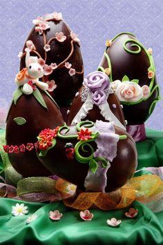 Uova di pasqua con decorazioni in zucchero