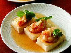 豆腐のえび詰め蒸し レシピ 講師は尾身 奈美枝さん|ツルリとした豆腐と、プリッとしたえびがおいしい! まろやかなあんをトロリとかけて、やさしい口当たりが楽しめます。おもてなしにもぴったりの、美しくヘルシーな一皿。
