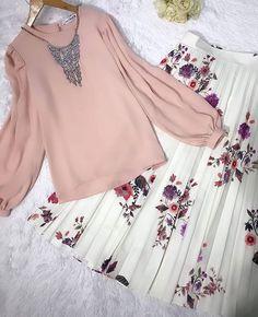 💃skirts or pants? Muslim Fashion, Hijab Fashion, Fashion Outfits, Cute Dresses, Casual Dresses, Hijab Dress Party, Hijab Style Tutorial, Hijab Collection, Moda Emo