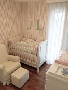 Quarto de bebê, quarto de menina, com piso de madeira, móveis brancos, papel de parede listrado. Reforma e decoração apartamento completo, jovem casal. Chácara Santo Antonio. Arquiteta Danyela Corrêa