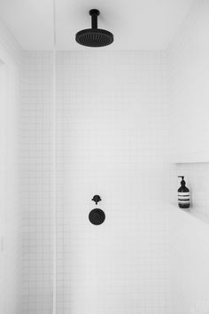 Bathrooms with black shower fixtures, showers with white tiles, minimalistic bathroom design Bathroom Shower Faucets, Shower Fixtures, Bathroom Renos, Bathroom Interior, Small Bathroom, White Bathrooms, Brass Bathroom, Modern Bathroom, Bathroom Ideas