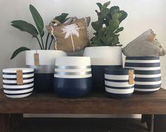 Cement Flower Pots, Indoor Flower Pots, Cement Pots, Diy Home Crafts, Diy Arts And Crafts, Pots D'argile, Painted Plant Pots, Decorated Flower Pots, Concrete Crafts