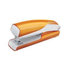 De Leitz WOW mini nietmachine in opvallende metallic oranje kleur heeft een handzaam formaat; ideaal voor in je rugzak!