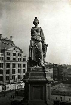 Naatje van de Dam of Naatje op de Dam, officieel 'De Eendracht' is het Nationaal Monument dat tussen 1856 en 1914 op de Dam in Amsterdam tegenover het Paleis op de Dam heeft gestaan. Nederland, 1913.