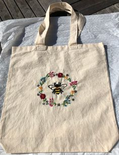 Embroidery Bags, Embroidery Hoop Art, Embroidery Stitches, Embroidery Patterns, Tod Bag, Diy Tote Bag, Canvas Tote Bags, Totes, Floral Wreath
