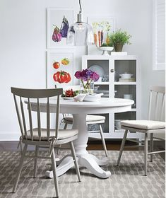 Comb through 12 of the best white round kitchen tables that are designers' favorites, and a range of budgets from cheap to high end. Faux marble tops, or the real thing! Solid wood... all kinds of dining table inspiration and links for your kitchen home decor. Small White Dining Table, Round Marble Table, Small Tables, Round Kitchen Tables, Table For 12, Expandable Dining Table, Extension Dining Table, Crate, Furniture