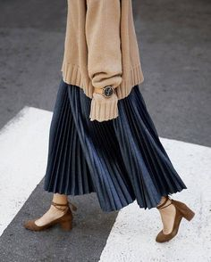 Ideas Skirt Pleated Outfits Modest Fashion - Fushion News Muslim Fashion, Modest Fashion, Hijab Fashion, Korean Fashion, Fashion Outfits, Blue Pleated Skirt, Pleated Skirt Outfit, Mini Skirt, Beige Pullover