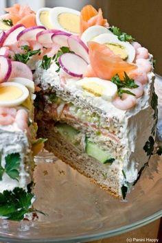 """een Zweedse laagjes sandwitch cake, met lagen van brood, met crème vulling, van room kaas en zure room of mon chou... Gevuld met gerookte zalm, en gerookte haring mouse. En een laag van geschilde komkommer...en Romaanse sla...""""aflakken"""" met room kaas en zure room of mon chou. De taart helemaal opbouwen, en vervolgens bovenop af te maken met gerookte zalm, garnalen, hard gekookte eieren, radijsjes, en peterselie."""