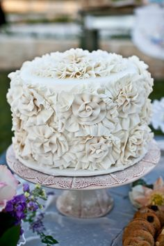 white wedding cake by who made the cake http://www.weddingchicks.com/2013/09/18/eclectic-spring-wedding/