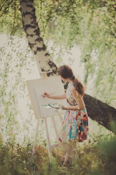 Een zonnige dag prettige energie een lichte energie Je voelt je licht en afgestemd.  Kriebels in je buik en handen. Het verlangen om te schilderen, je neemt je schildersezel, verf en canvas mee naar buiten.  Je ziet jezelf de verf kiezen en voelt de verf op je vinger, fris en lopend. Langzaam beweeg je je vinger op het canvas, je voelt de stof onder je vinger. De wind streelt je door je haren.. de zon schittert . Je laat je leiden door jouw gevoel.