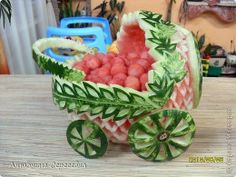 21 Fruit Hacks To Make Your Life Easier. Watermelon Designs, Watermelon Art, Watermelon Baby Carriage, Strawberry Leaves, Frozen Grapes, Fruit And Vegetable Carving, Food Artists, Fruit Salad Recipes, Fruit Salads