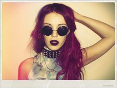 Always loved the 90s grunge makeup.. A bold lip color is always the best!