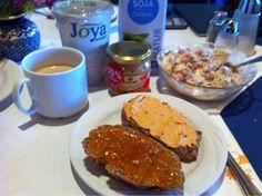 Petzi erlebte leider im Urlaub eine kulinarische Enttäuschung und musste sich schon beim Frühstück selbst versorgen.