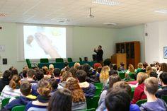 """Incontro con gli studenti del Liceo Scientifico """"E. Fermi"""" di Ragusa. Eccomi mentre illustro una delle mie ricette. http://www.cicciosultano.it/2014/11/28/ciccio-sultano-ammalia-gli-studenti-del-liceo-scientifico-e-fermi/"""