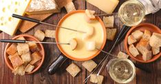 Le chef Daniel Vézina vous propose sa version personnelle de fondue au fromage au gruyère et au Vacherin fribourgeois. Dégustez ce repas réconfortant avec du pain, des raisins et des pommes de terre grelots! Cheap Things To Do, Stuff To Do, Dessert Express, Cheese, Ethnic Recipes, Food La, Wilmington Nc, North Carolina, Sauces