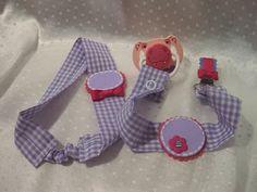 Colorin Colorado, todo hecho a mano: Set de regalo bebé. Compuesto por diadema y pinza para chupete, personalizado con el nombre el nombre del bebé. Ideal para regalar recién nacido. Elaborado con tela de algodón, fieltro, pasta fimo y cintas de grossgain.