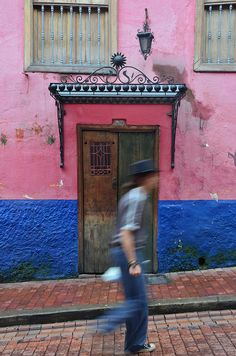 A colorful La Candelaria building. I love Bogota. Stuff To Do, Things To Do, Colombia Travel, Beautiful Landscapes, South America, Places To Travel, Travel Photos, City, Front Doors
