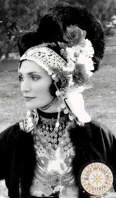Σήκω πανα'ι'ω μ' κ' αλλαξε στολίσου κ' αρματώσου βάλει τον άσπρου τον σα'ι'α κι του πουλένιου ζ'ναρ.... ΑΠΟ Όλγα Σβώλου ΠΑΝΕΛΛΗΝΙΑ ΟΜΟΣΠΟΝΔΙΑ ΠΟΛΙΤΙΣΤΙΚΩΝ ΣΥΥΛΟΓΩΝ ΜΑΚΕΔΟΝΩΝ!!! Greek Traditional Dress, Dance Costumes, Greek Costumes, Greek Paintings, Battle Dress, Greek Culture, Kai, Folk Dance, Alexander The Great
