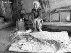 Mujer mayor de edad tejiendo petates en Zimapan Hidalgo Mexico .,,,, semiactual