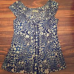 Hollister cap sleeve top Lightly used, in great condition! Hollister blue with white flowers cap sleeve top. Hollister Tops Button Down Shirts
