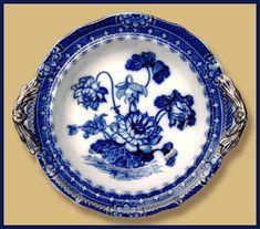 Фарфороваф  тарелка  с  бело - синим  рисунком  типа  flow blue, кобальт,  бронза.