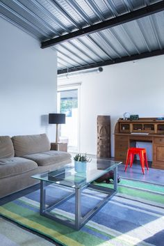 Enter a gorgeous container home that will amaze you with its artistic living area Big Design, House Design, Loft Estilo Industrial, Home Interior, Interior Design, Shipping Container Design, Living Area, Living Room, Casas Containers