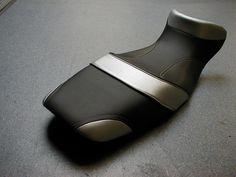 Personnalisation d'une selle de moto. Regarnissage et modification du confort.