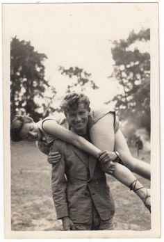 how easy! - - vintage black and white cute retro photo photography real Vintage Pictures, Old Pictures, Old Photos, Vintage Romance, Vintage Love, Vintage Kiss, Vintage Black, Retro Vintage, Vintage Couples