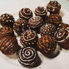 Schoko-Cakepops mit Nutella Kern. Rezept: https://mccrackajack.de/2018/02/03/nutella-cakepops/ #cakepops #cakepop #backen #nutella #backenmachtglücklich #schokolade #chocolate #nutellago #bakery #zuckerschrift #gefüllt #verzieren #nussnougatcreme #kuchenpralinen #backenmachtspass #backenmachtfreude #schokoladenkuchen #kuchen #schokoladencakepops