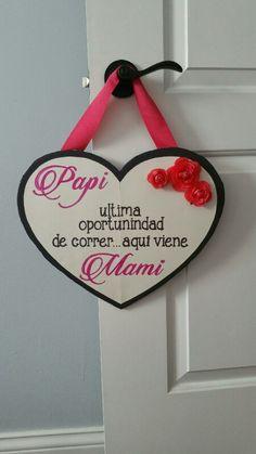 """Letrero de aqui viene la novia""""Here comes the bride"""" en español. Pink and black here comes the bride sign Spanish."""